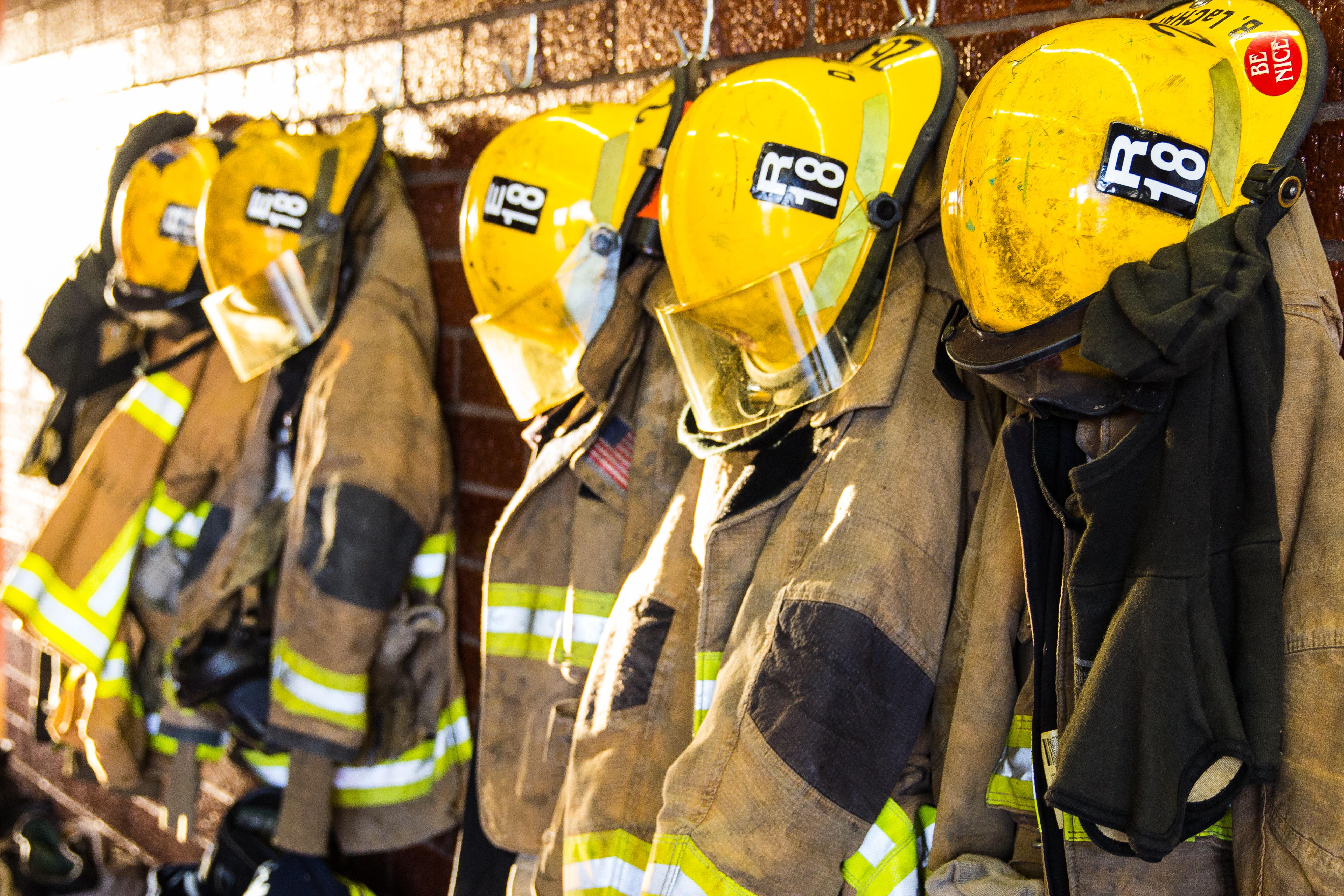 消防局牆上掛著消防員頭盔、西裝和設備