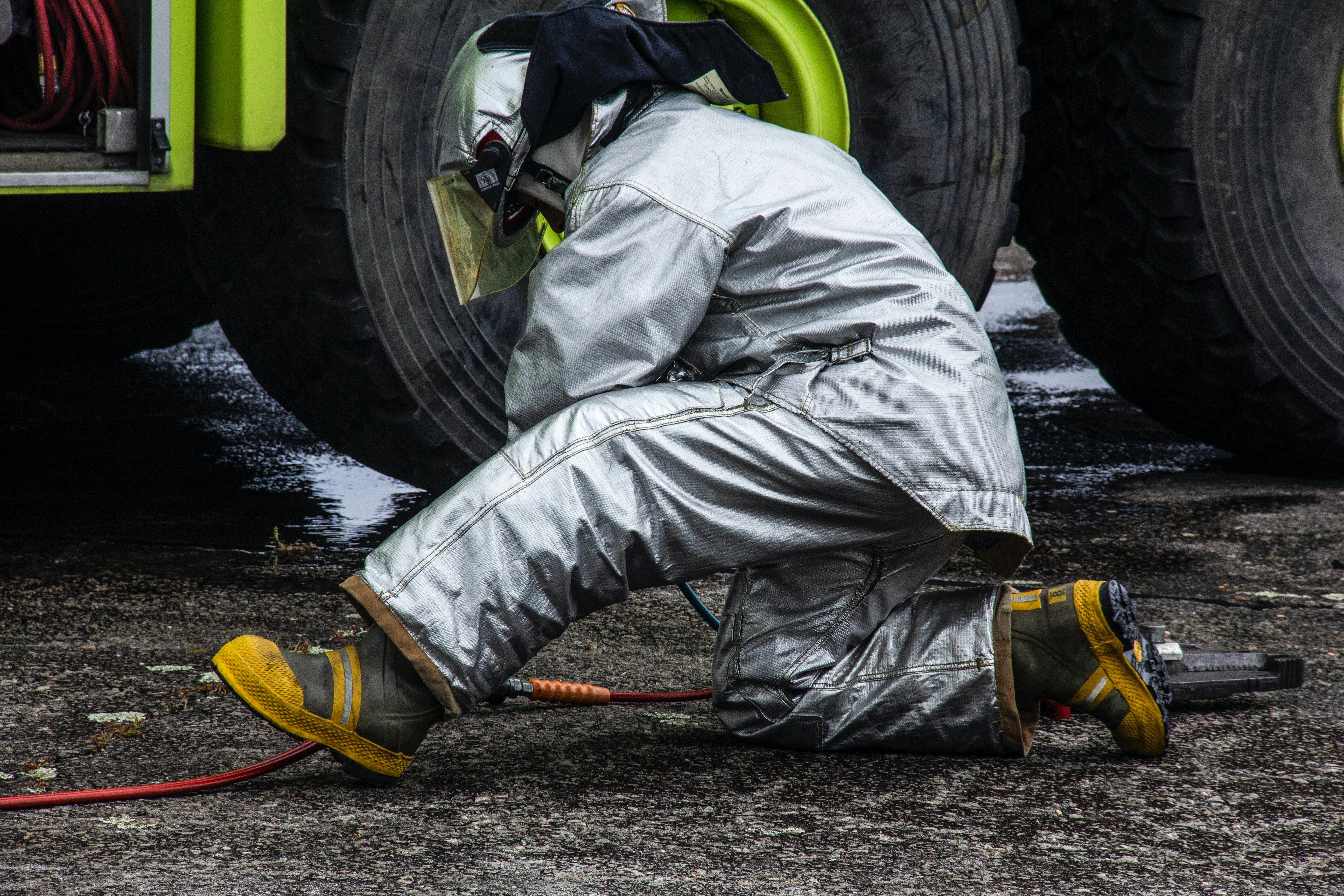 一名消防員正在用他的個人設備工作